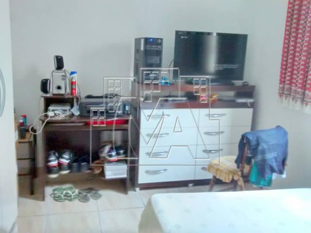 casa geminada, 2 dormitórios sendo que um é suíte, sala, cozinha, wc social, área de serviço, 2 vagas de garagem coberta.
