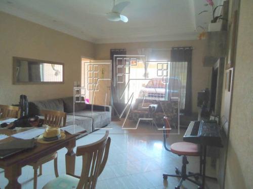 casa geminada grande, possui 3 dormitórios sendo que um é suíte, sala 2 ambientes, lavabo, cozinha, 2 wc sociais, área de serviço, 2 vagas de garagem coberta, churrasqueira, quintal, portão elet