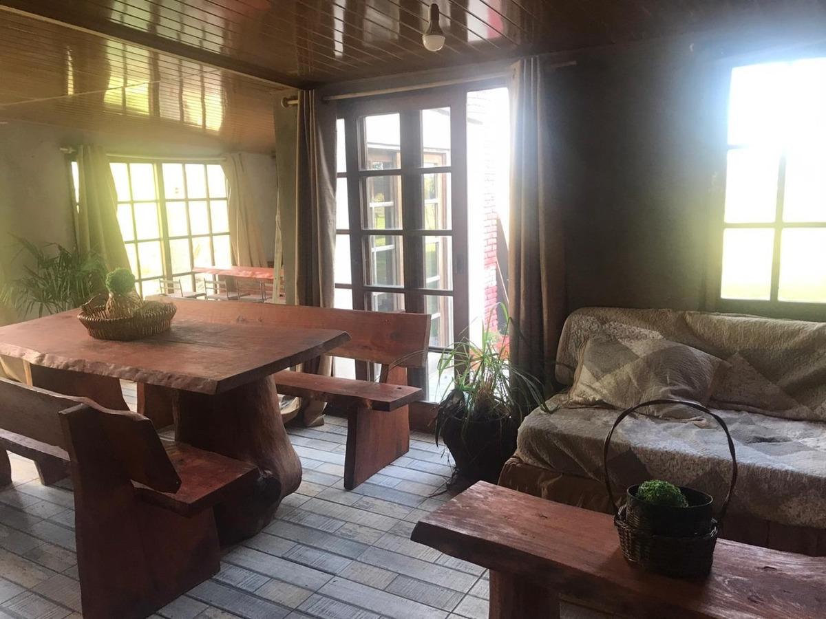 casa grde con patio y terreno  con parrillero cerrado.