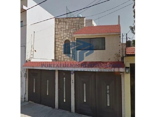 casa habitación desarrollada en 2 niveles