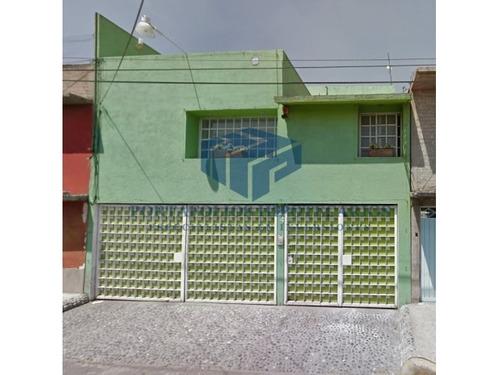 casa habitacional desarrollada en 2 niveles.