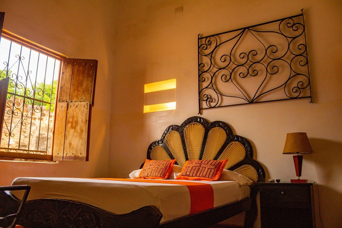 casa hotel, cuenta 5 habitaciones y 4 baños, cocina integral