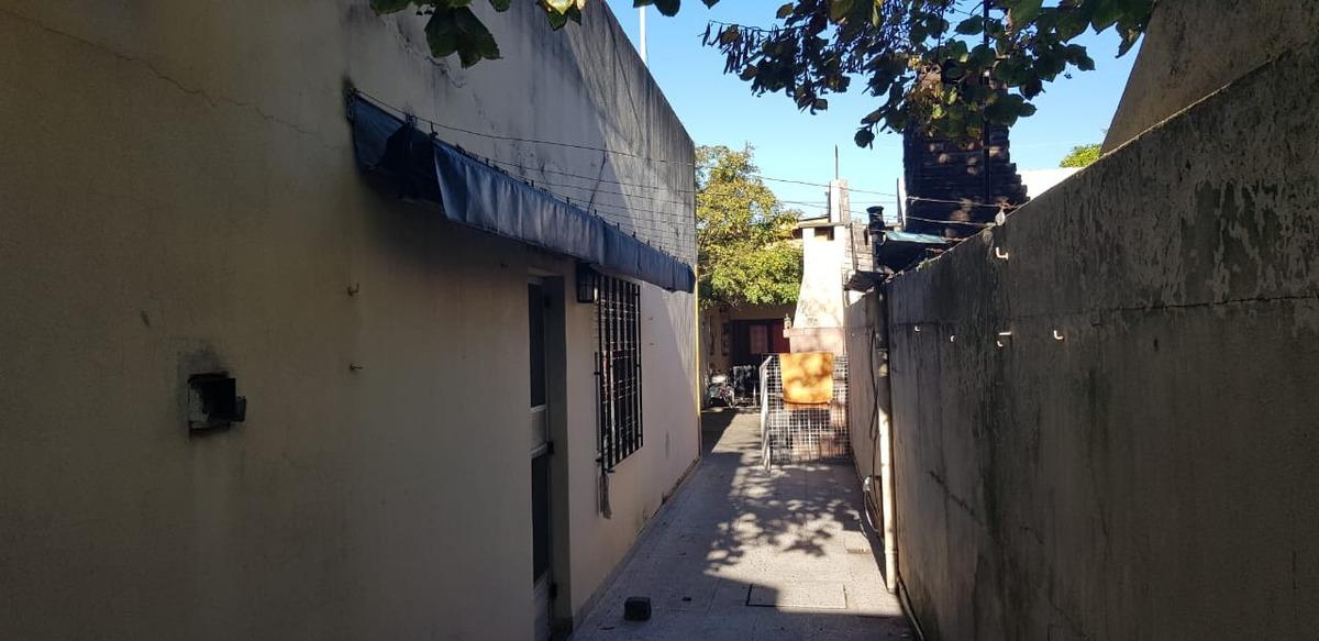 casa ideal 2 familias y local  en villa luzuriaga