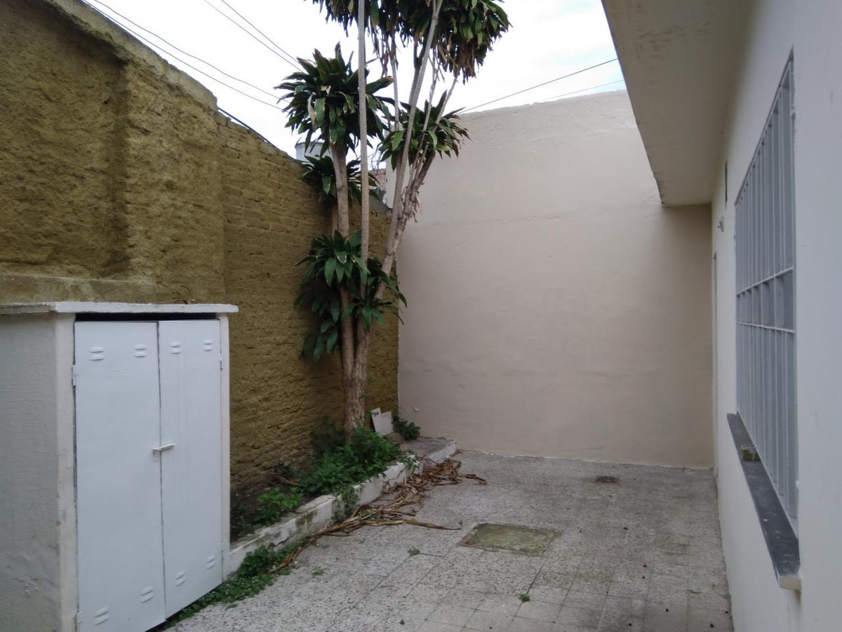 casa interna unica pasillo -  amplia con patio y terraza - retasada!