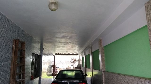 casa lado praia possuindo garagem para 05 automóveis
