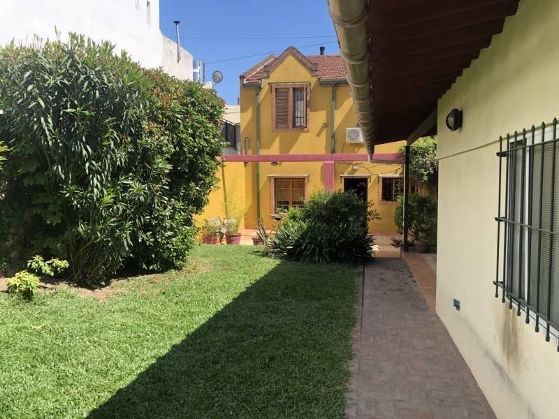 casa lote propio 5 ambientes c/garage, jardín, fondo, pileta, quincho, parrilla.