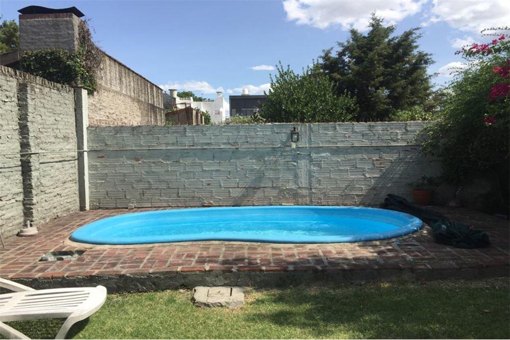casa lote propio 8.66 mts x 50 mts, cochera y garage , 4 dormitorios, 2 baños y fondo libre con piscina