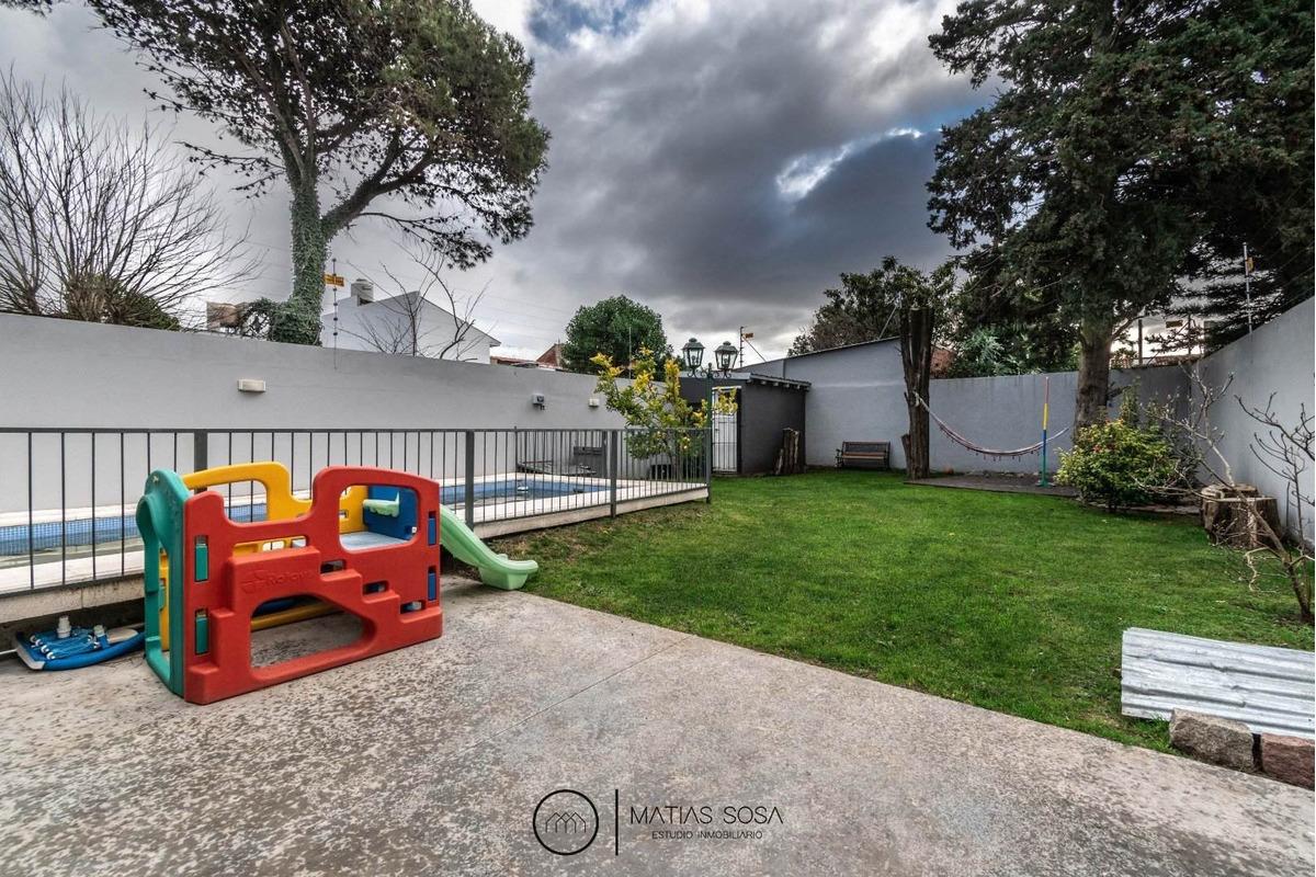 casa moderna de 4 ambientes con parque y piscina