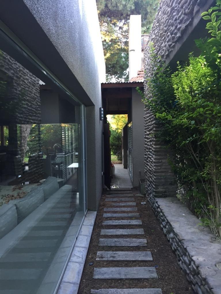 casa moderna en barrio residencial