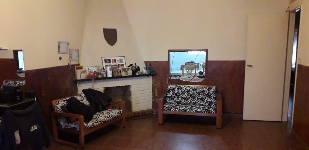 casa multifamiliar con cochera cubierta, ideal para dos familias. beccar