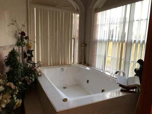 casa muy amplia con alberca, baño de vapor.