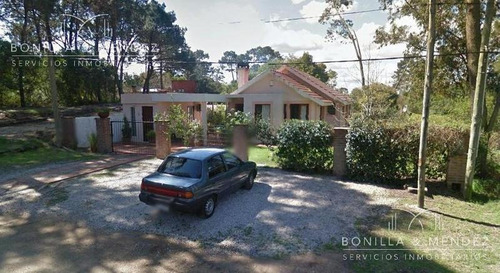 casa muy bien construida en barrio country de piriápolis