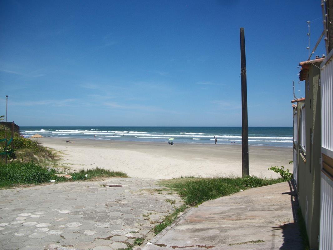 casa na beira da praia, á 15m da areia, semi nova, próximo a