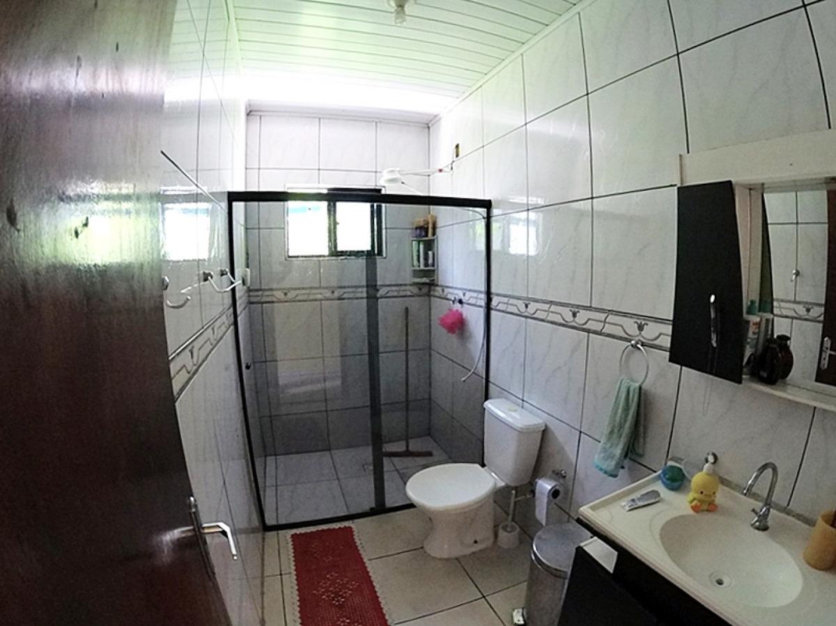 casa no bairro itoupavazinha. imóvel possui 03 dormitórios, ampla sala de estar e cozinha, banheiro social, área de serviço com banheiro e garagem coberta com churrasqueira. valor 320 mil reais, acei