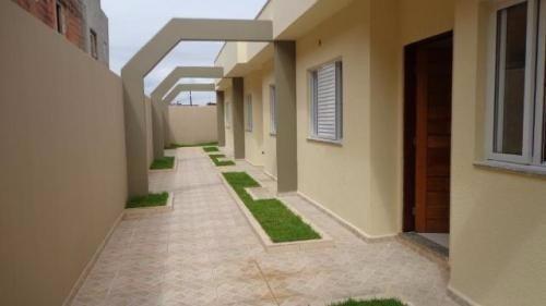 casa nova de condomínio á venda,com 2 quartos,em itanhaém/sp