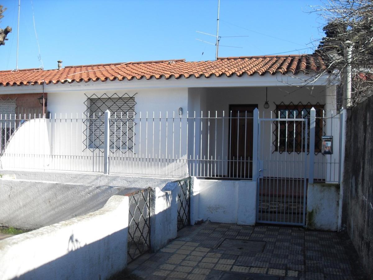 casa p/h 2d,1b .porche y jardin posterior  techado c/ parril