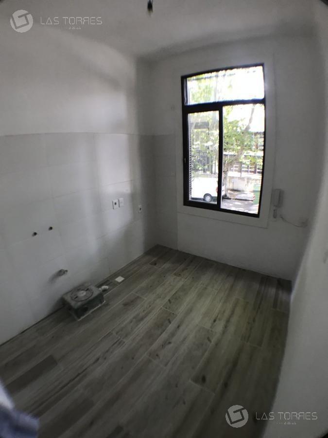 casa - pocitos - amplia, 3 plantas mas azotea  con parrillero, reciclada