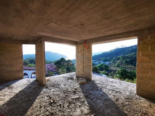 casa que puede terminar y decorar a su gusto con vista al lago, peña y montañas.