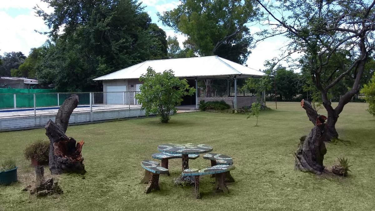 casa quinta con gran parque, pileta, parrilla, y quincho.