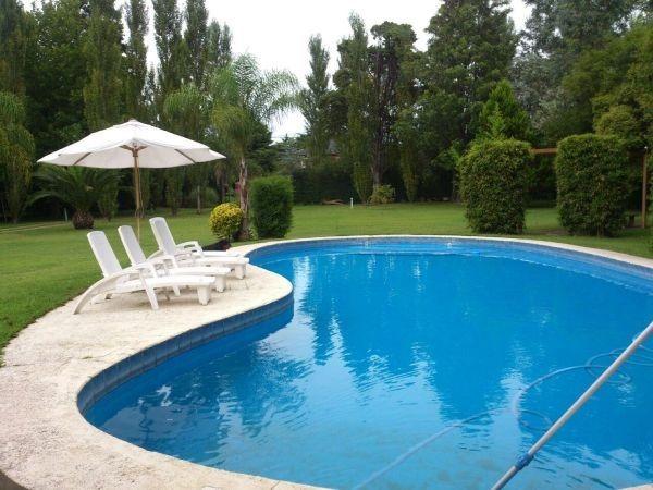 casa quinta en bº el trebol con amplio parque y piscina