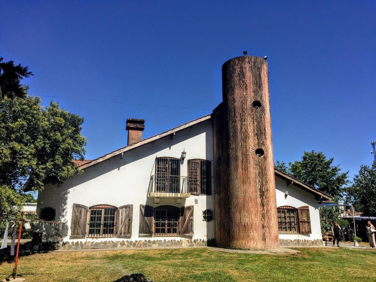 casa quinta en pilar con buen acceso y gran terreno arbolado.