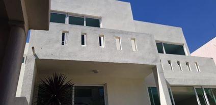 casa re-modelada con aprox 100mts de jardin con terraza-bar