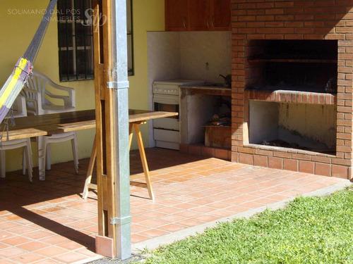 casa reciclada de 4 amb con jardín de 10 x 20 en villa adelina