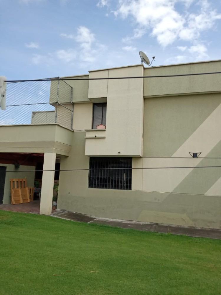 casa rentera con 3 departamentos y local comercial (2 pisos)