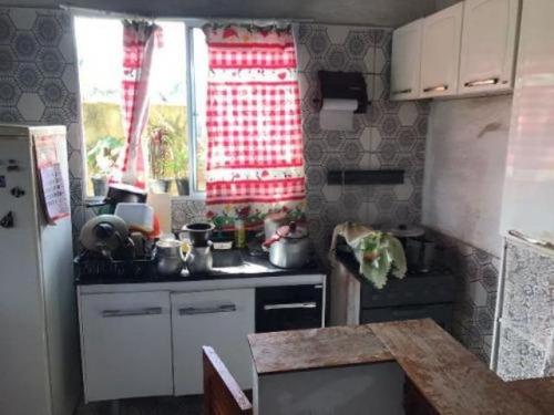 casa simples, geminada, lado praia, em local de moradia!