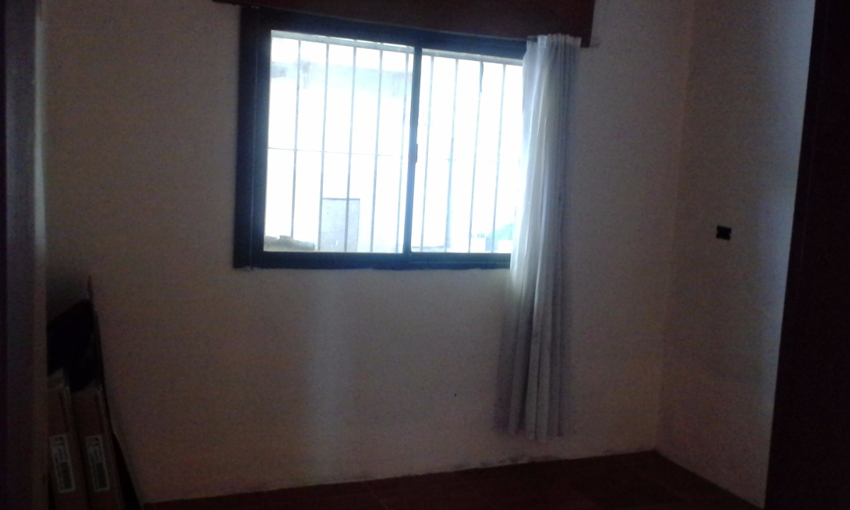 casa sobre lote de 10x30. con 2 dormitorio y garage pasante
