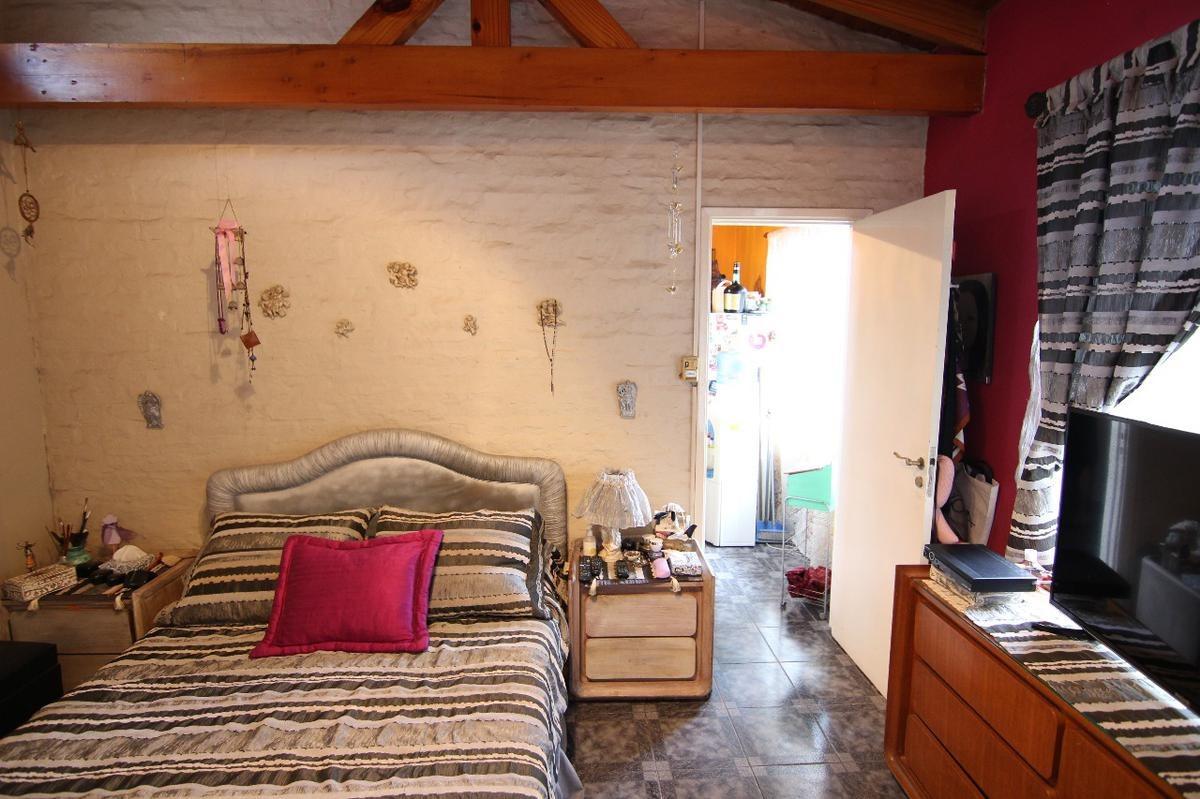 casa sobre lote de 10x35 todo en una planta, jardín y entrada de autos, boulogne