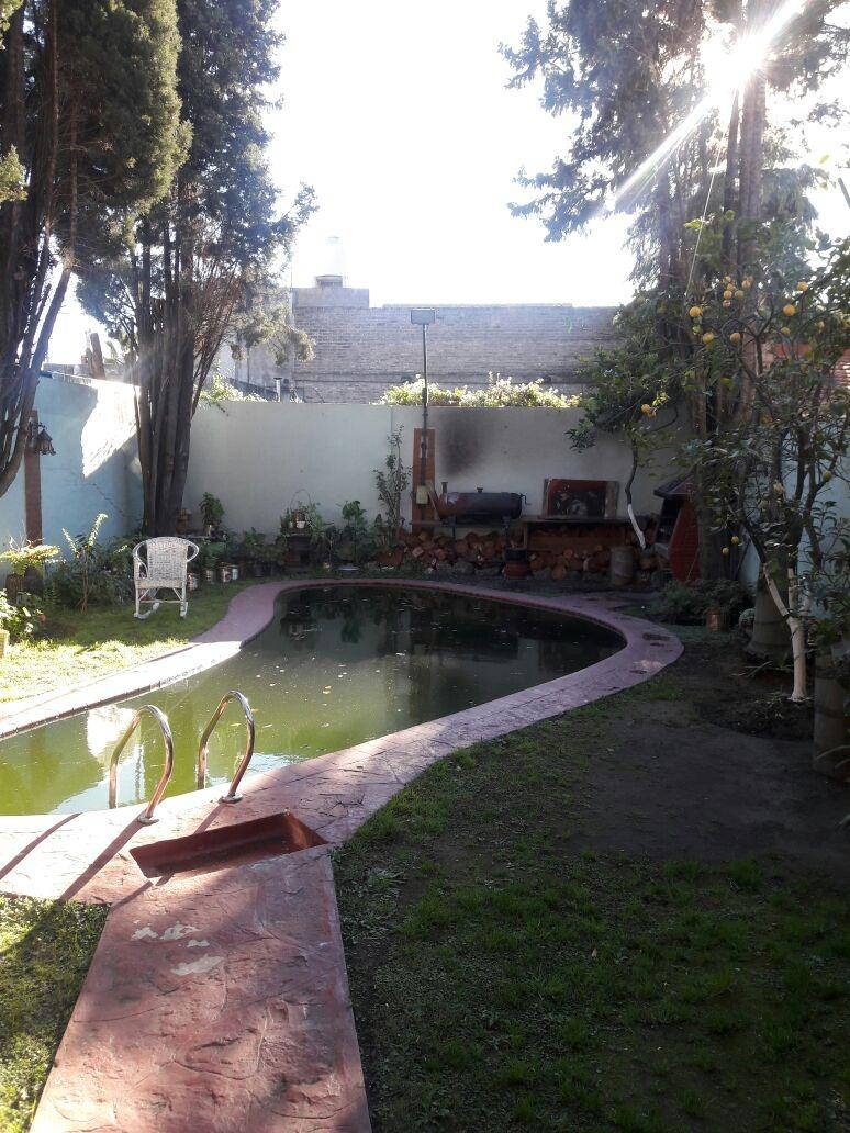 casa sobre lote de 8.66x26 en 3 plantas con parque y piscina