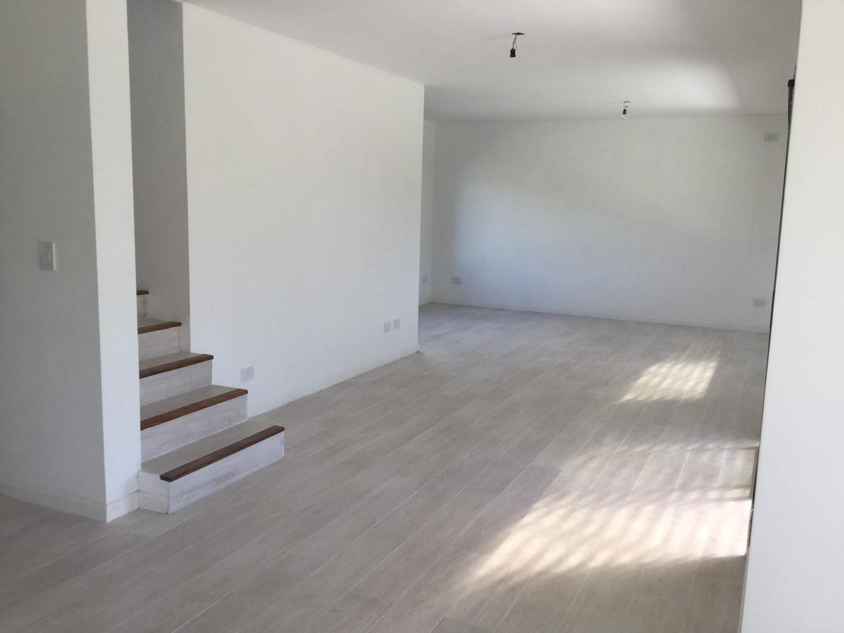 casa súper luminosa en 2 plantas en lote central de 502 m2 del barrio san alfonso en pilar del este.