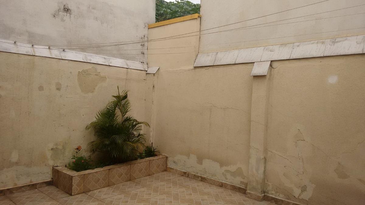 casa térrea com 02 dormitórios, cozinha, 01wc. 02 vagas