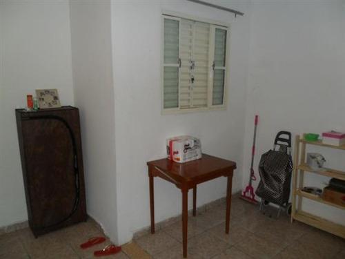 casa térrea com 02 dormitórios e 02 vagas.