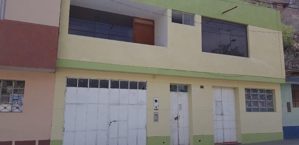 casa tiene 7 ambientes  y 3 baños