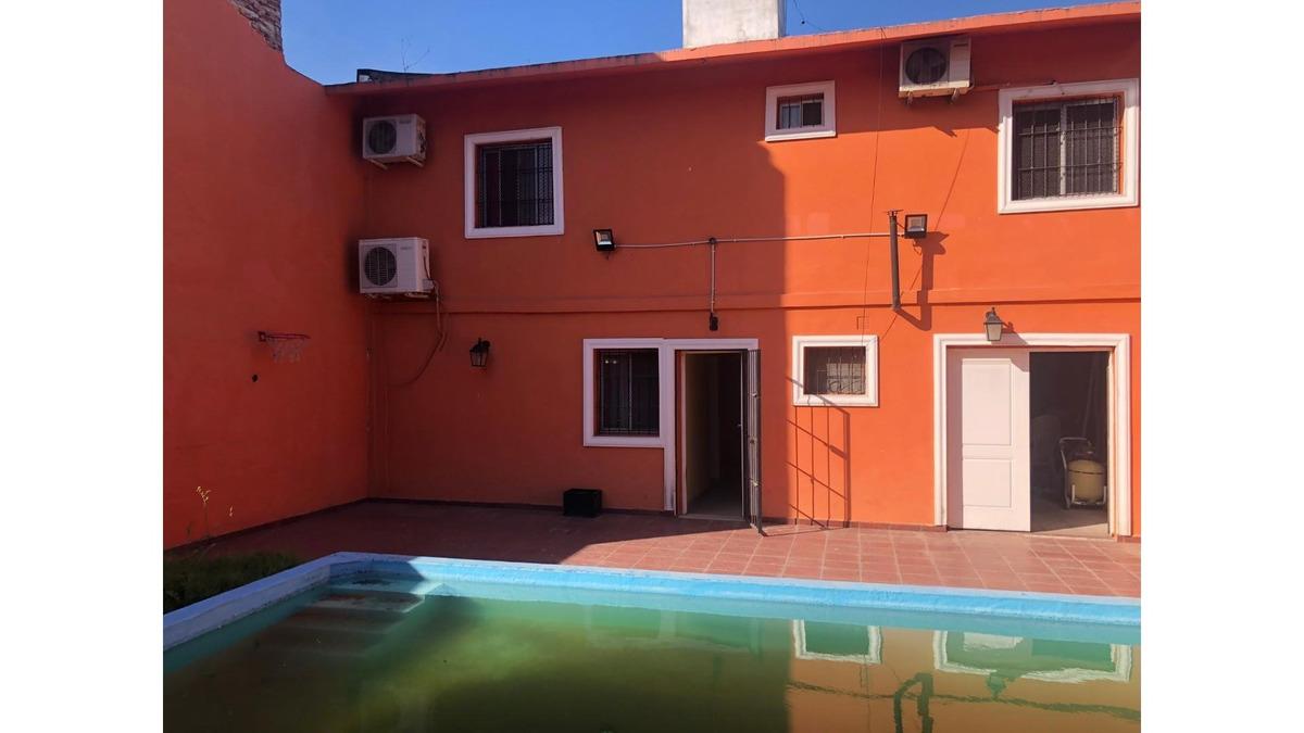 casa tipo 4 ambientes con pileta y quincho