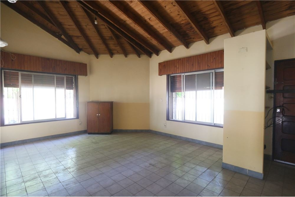 casa tipo chalet 4 ambientes en moreno con quincho y espacio guarda coche