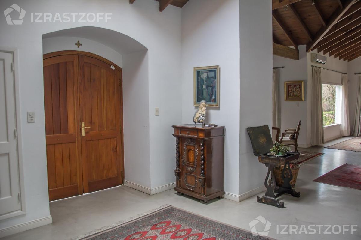casa tradicional con excelente distribución y muy buena orientación