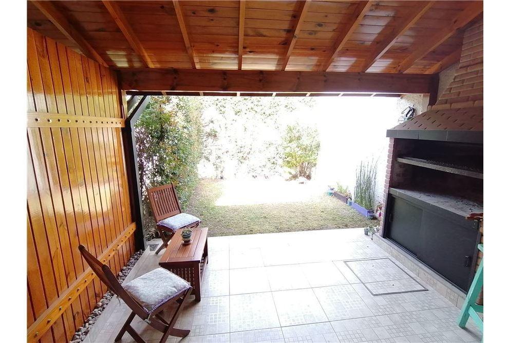 casa triplex 4 ambientes c/coch, jardin y parrilla