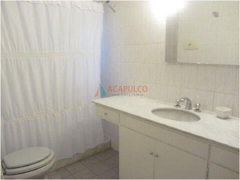 casa ubicada en zona de la mansa. en inmejorable entorno, la misma cuenta con cuatro dormitorios, dos de ellos en suite, tres baños, dorm y b. de serv-ref:2193