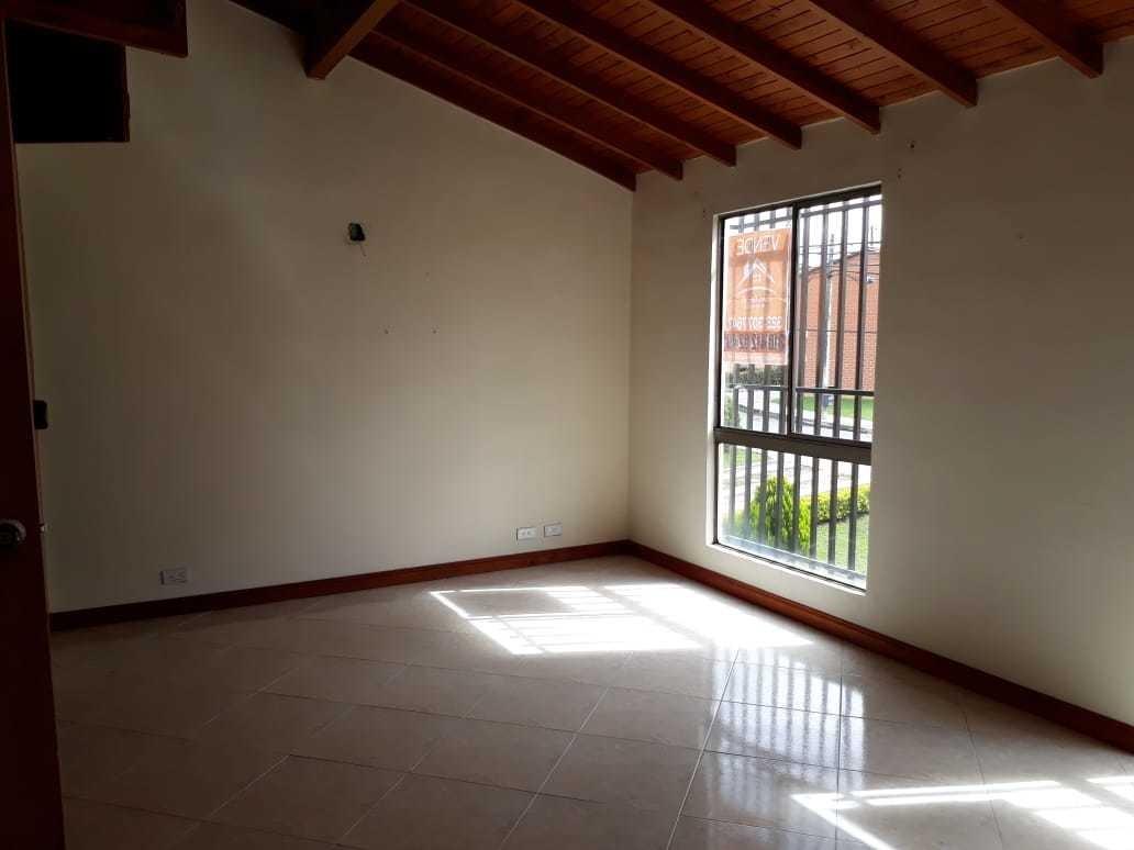 casa unifamiliar de 2 pisos, con patio, cuarto útil
