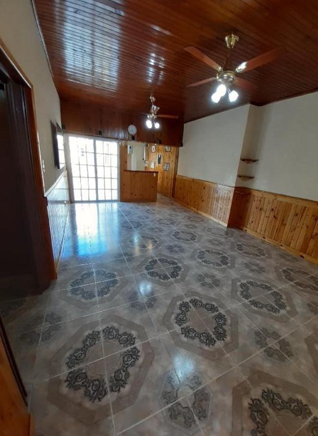 casa venta 3 dormitorios, 2 baños y cochera 2 -terreno10 x 33,40 mts - berisso