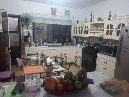 casa venta colonia del valle tuxpan veracruz 2 niveles 2 recamaras. cuenta con una superficie construida de  141 m², la casa consta de 2 niveles, en planta baja cuenta con sala, comedor, cocina integ