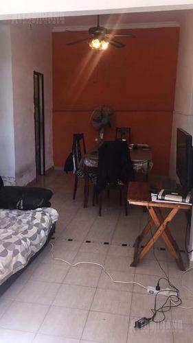 casa - villa ballester tres ambiente con entrada de auto!