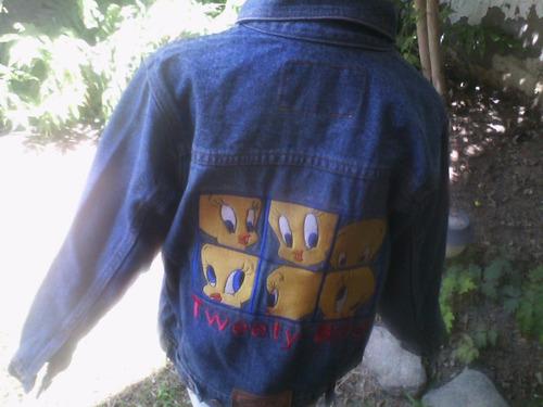 casaca jean para niño talla 10, 12, 14, con bordado looney
