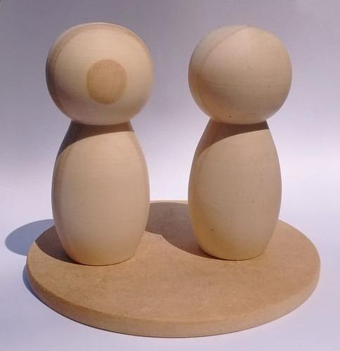 casal de bonecos com 9 cm e base redonda de 12 cm