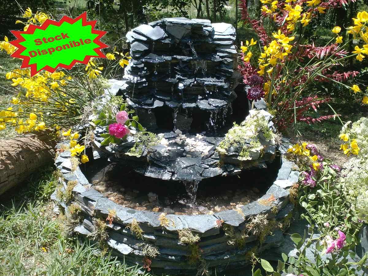 Estanque con cascada cascada con agua pequea debajo del for Estanque cascada