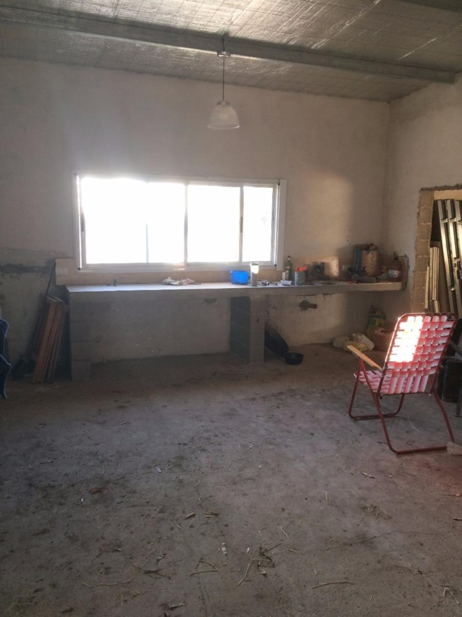 casco con casa 4 dormitorios, 2 baños, cocina, comedor, serv