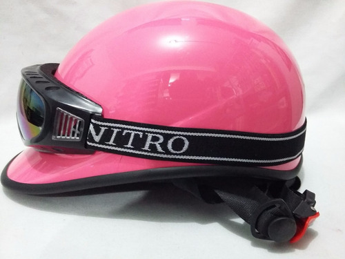 casco deportivo con googles